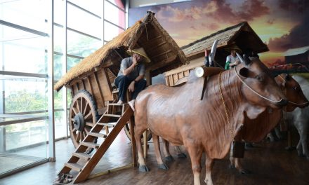 Mencoba Kendaraan Tradisional di Museum Angkut