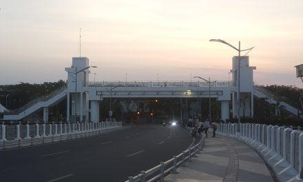 Menikmati Panorama Laut di Jembatan Suroboyo
