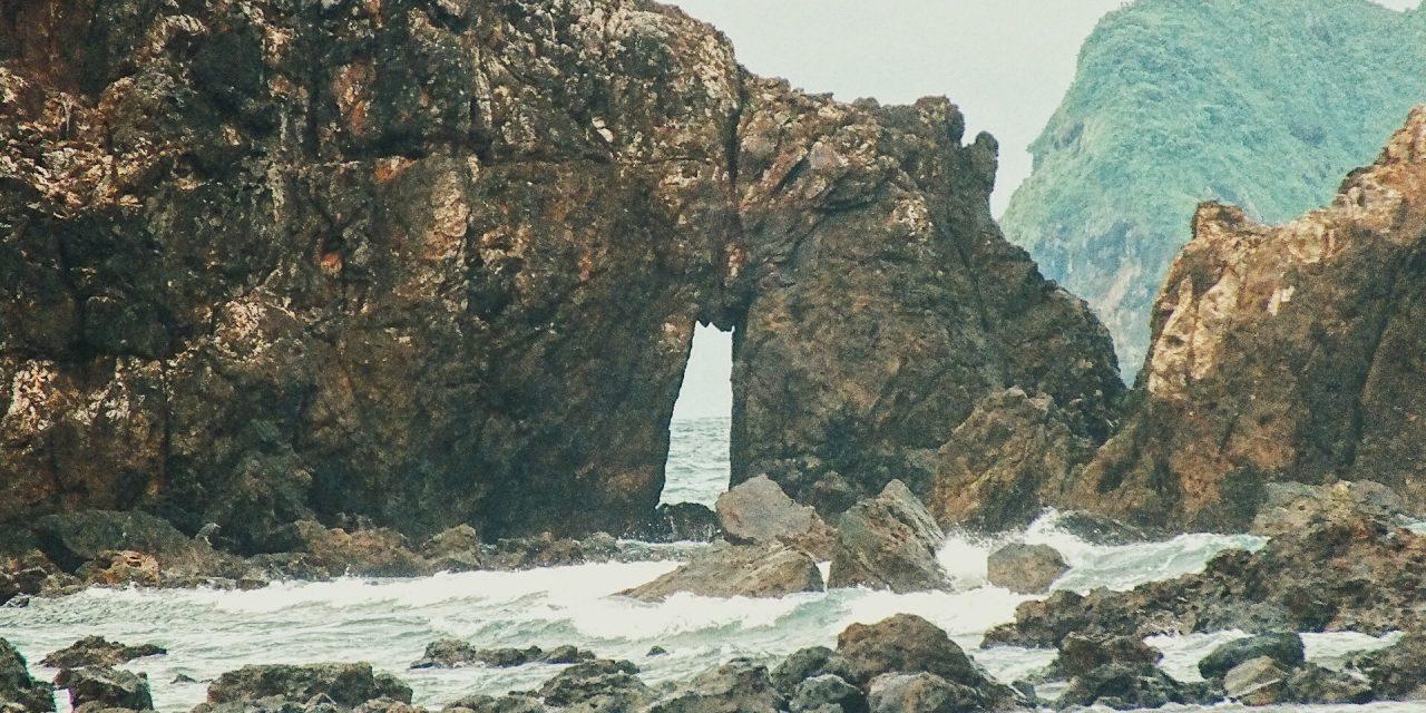 Ngulik Banyuwangi, serta Uniknya Pantai Pulau Merah