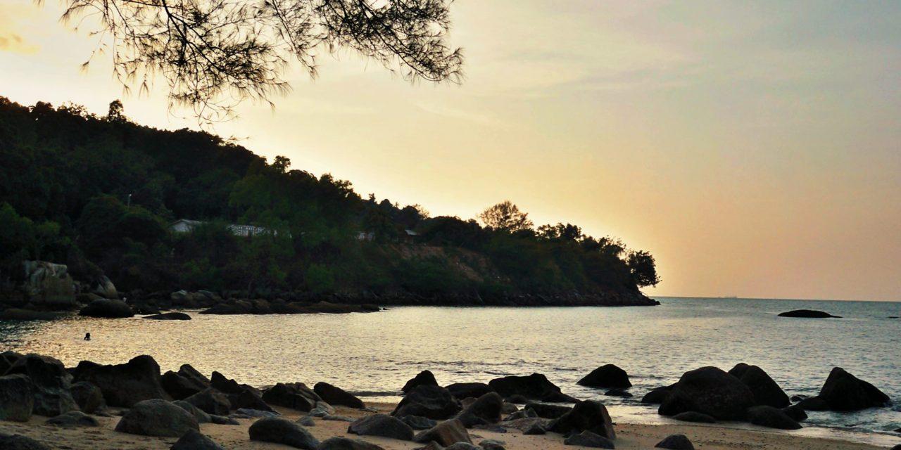 Menyelisik Pesona Batu Ferringhi – Pantai Berpasir Putih yang Ciamik di Penang!
